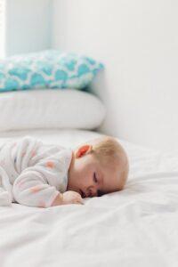 שינה על הבטן תינוק